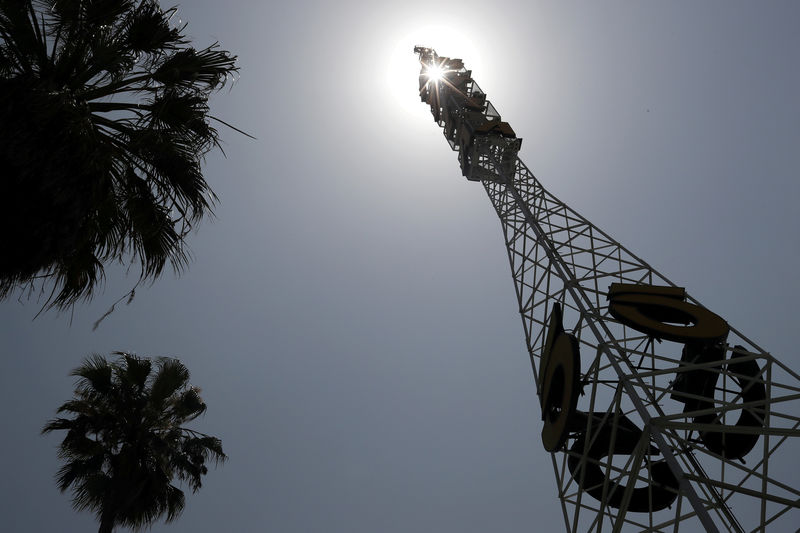 © Reuters. FILE PHOTO: The tower of Tribune Broadcasting Los Angeles affiliate KTLA 5 is seen in Hollywood, Los Angeles